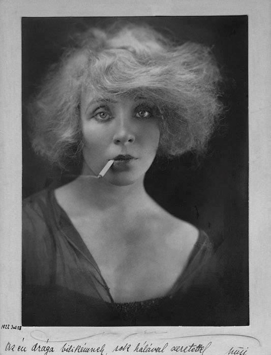 Fotó: Angelo: Somogyi Nusi cigarettával, 1922 © Magyar Fotográfiai Múzeum