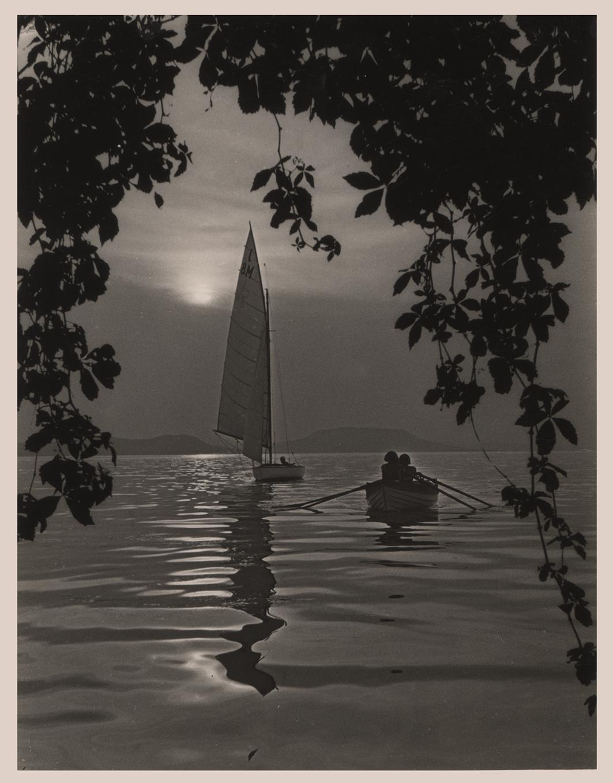 Fotó: Dulovits Jenő: Este a Balatonon. 1941 © Magyar Fotográfiai Múzeum<br /><br />