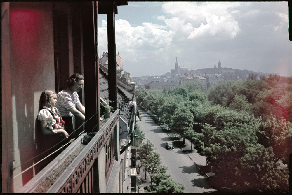 Fotó: Dulovits Jenő: Zsánerkép, városkép vagy próbafelvétel?<br /><br />(A művész a Vérmezőre és a Várhegyre néző erkélyről, az 1930-as évek végén, Agfa fordítós filmre fényképezett diájával a korabeli nyersanyag megvilágítás-különbség visszaadó képességét is ellenőrizhette. A kép közepén a Levéltár tornya magasodik.)<br /><br />© 2002, Dulovits Jenő jogutódja/Fejér Zoltán gyűjteménye