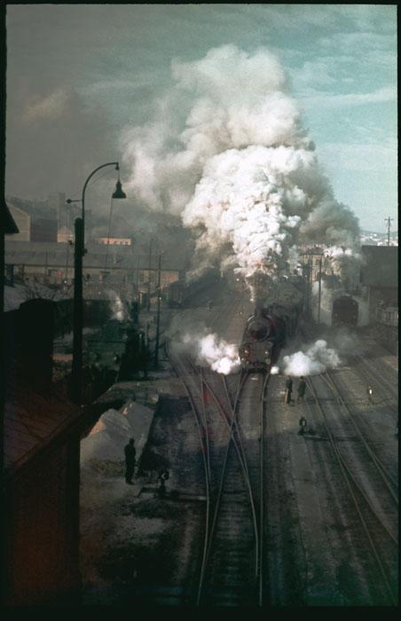 Fotó: Dulovits Jenő: Teljes gőzzel előre!<br /><br />(A Déli pályaudvarhoz közel lakó Dulovits az 1930-as évek végén már<br /><br />nemcsak fekete-fehér nyersanyagra, hanem kisfilmes Agfacolor fordítós filmre is lefényképezte a vágtató mozdonyt.)<br /><br />© 2002, Dulovits Jenő jogutódja/Fejér Zoltán gyűjteménye