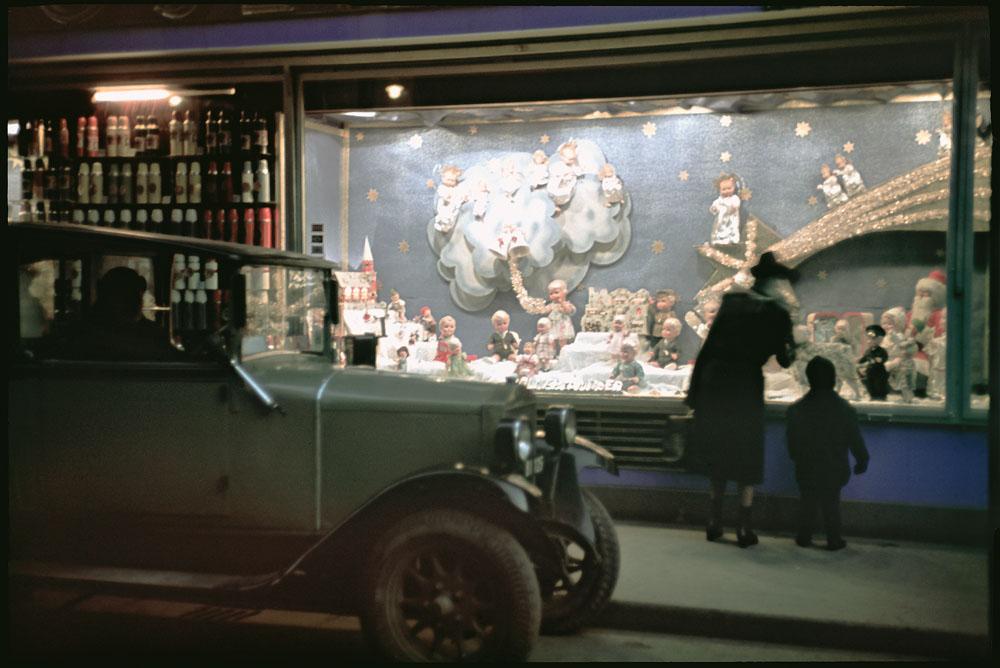 Fotó: Dulovits Jenő: Esti kirakatnézés, karácsony előtti hangulatban<br /><br />(Kisfilmes, Agfacolor fordítós filmre fényképezett dia az 1930-as évek végéről.)<br /><br />© 2002, Dulovits Jenő jogutódja/Fejér Zoltán gyűjteménye