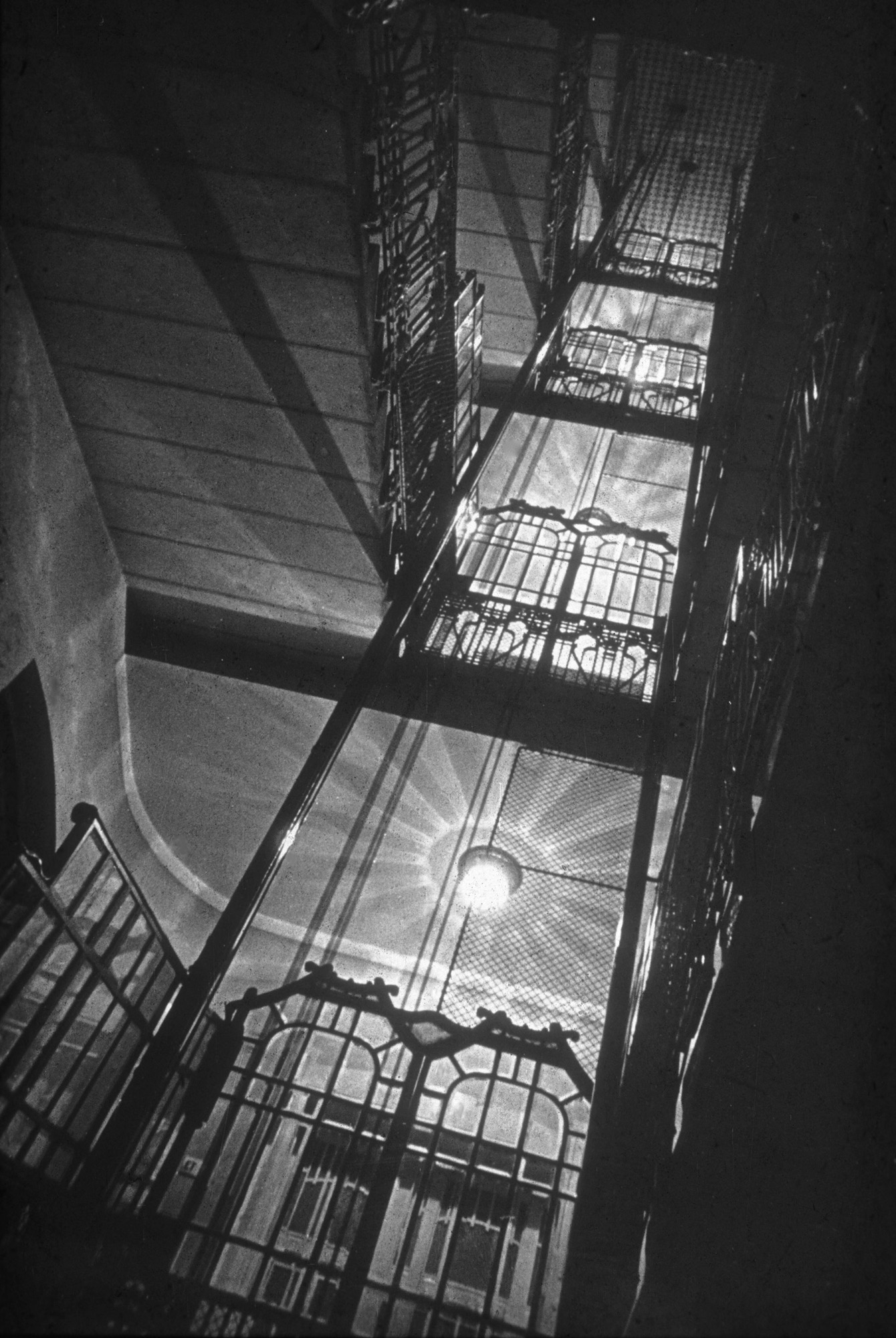 Fotó: Dulovits Jenő: Lépcsőház, Budapesti Fotóklub, Belgrád rkp. 17. © Magyar Fotográfiai Múzeum