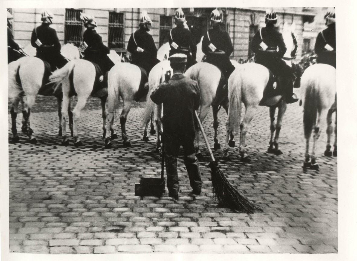 Fotó: Escher Károly: Várakozási állásponton, 1937 © Magyar Fotográfiai Múzeum