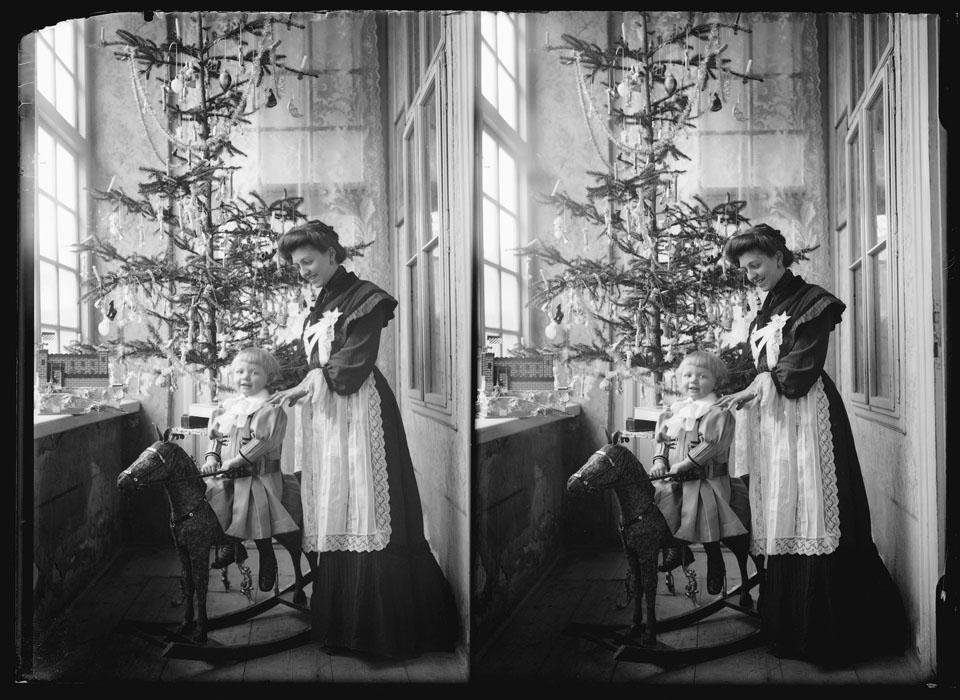 Fotó: Faix Jacques: Karácsony (Vendéggyermek hintalovon), 1900 k. © Magyar Fotográfiai Múzeum