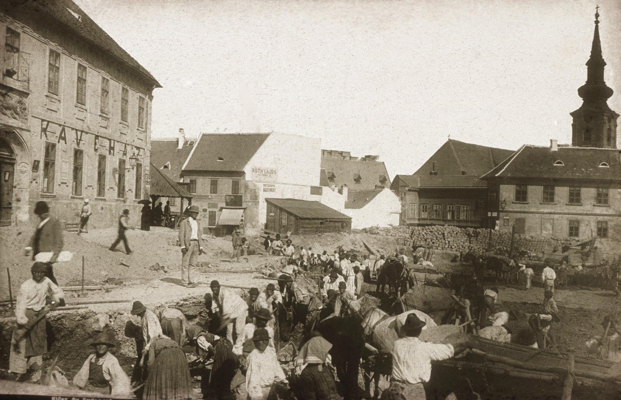 Fotó: Klösz György: Szarvas tér szabályozása, 1894 (Kisképző Digitális Fotótár)