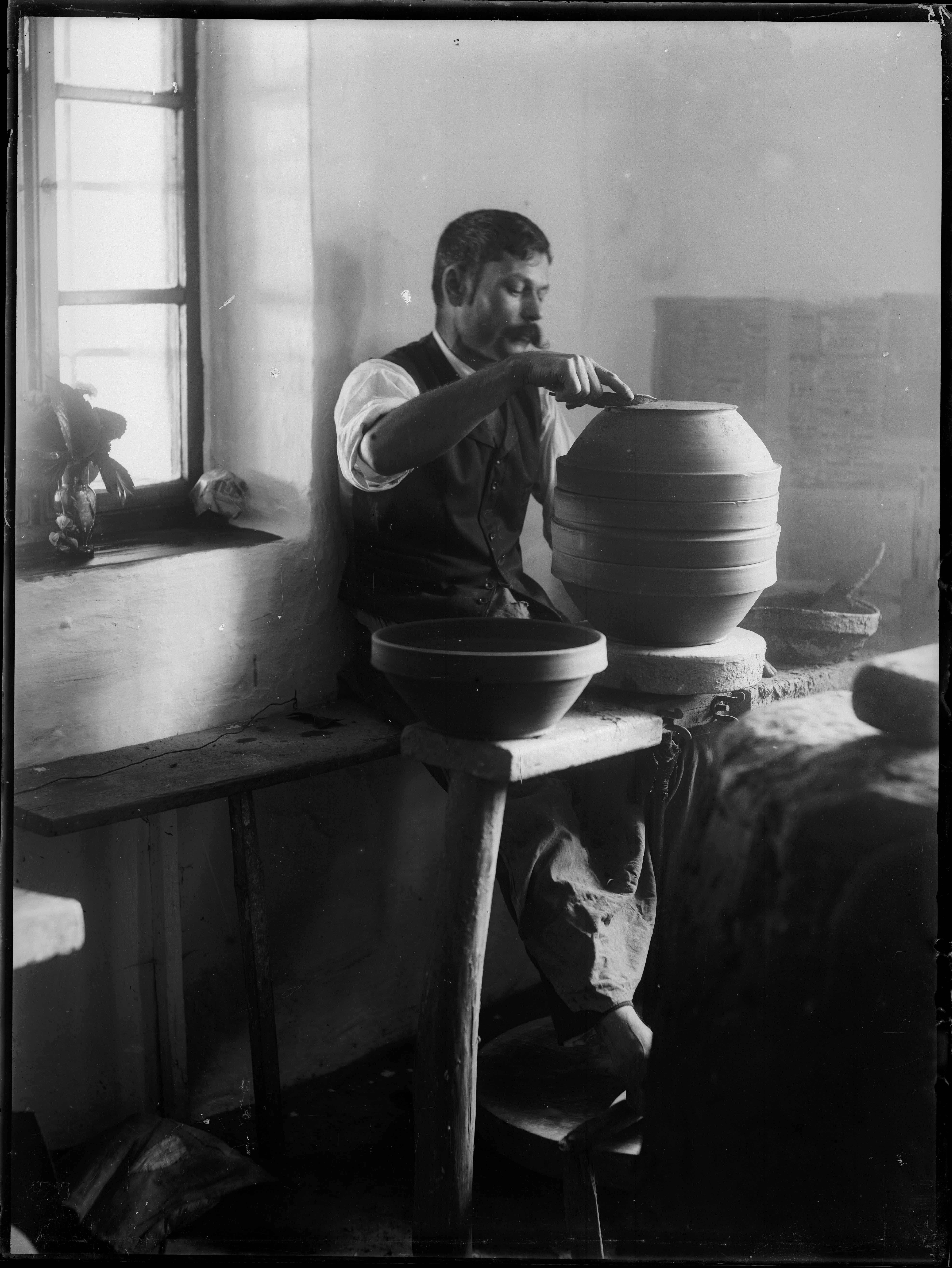 Fotó: Plohn József: A tál fenékszögének kialakítása. © Tornyai János Múzeum gyűjteménye, Hódmezővásárhely