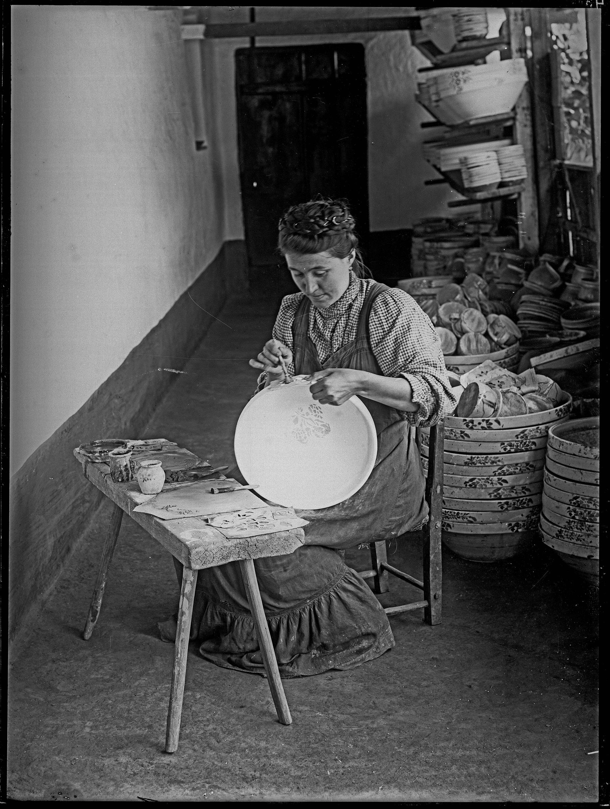 Fotó: Plohn József: Tálat írókázó nő. © Tornyai János Múzeum gyűjteménye, Hódmezővásárhely