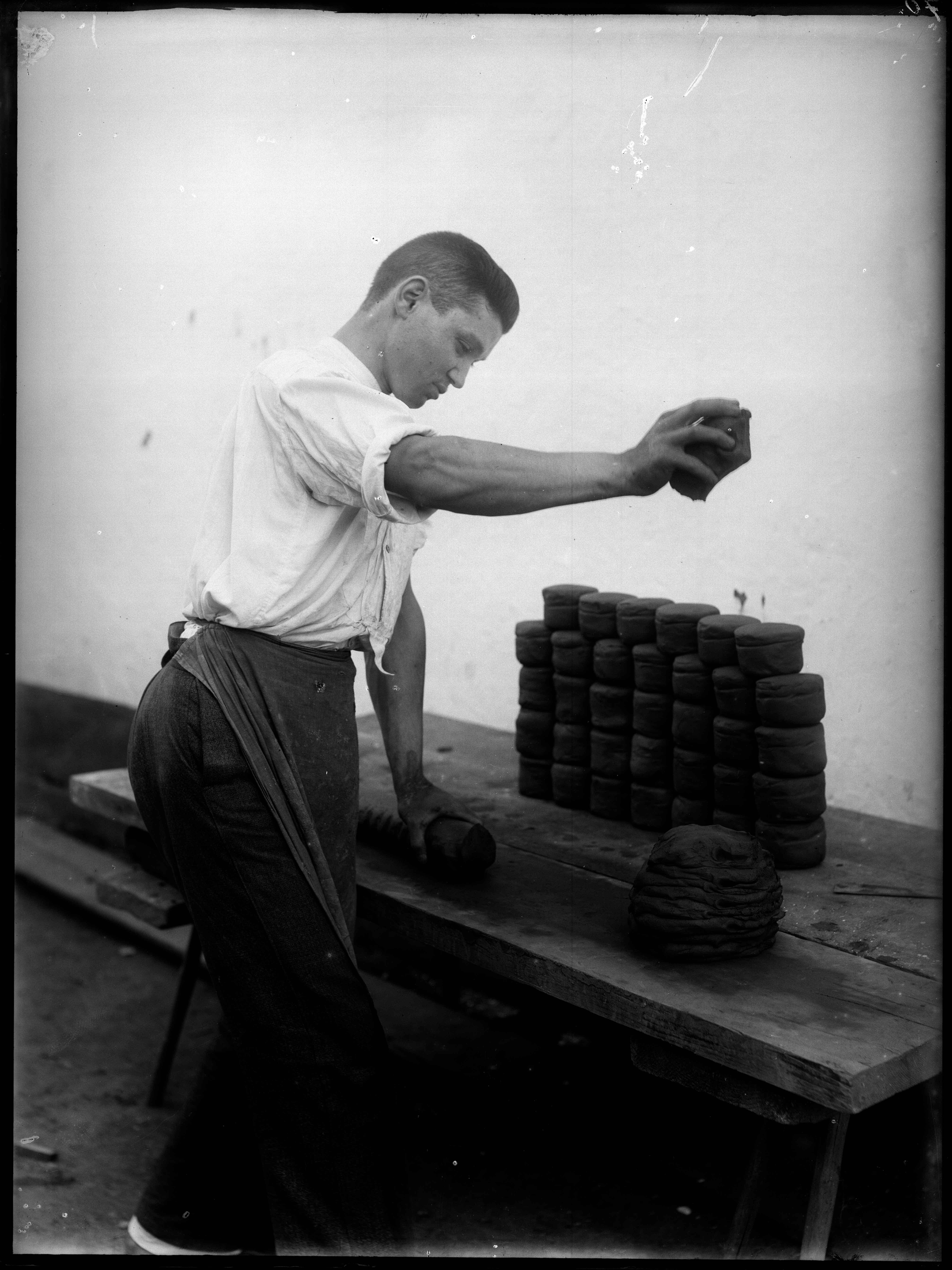 Fotó: Plohn József: Agyag előkészítése a gyúrópadon. Rögszaggatás. © Tornyai János Múzeum gyűjteménye, Hódmezővásárhely