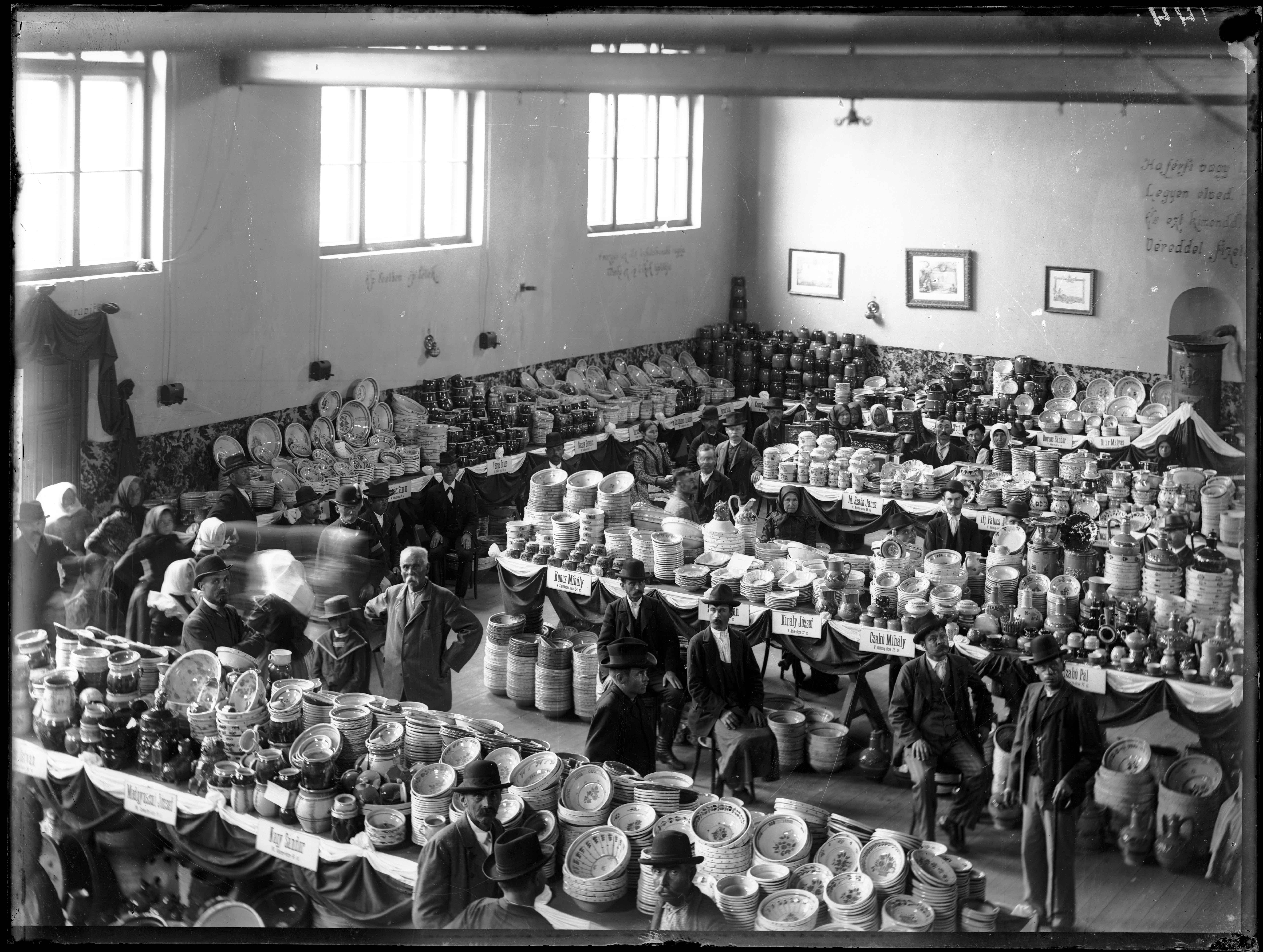 Fotó: Plohn József: Fazekasmesterek kiállítása az Agyagipari Gyakorlóműhely szervezésében, 1902-ben a református főgimnázium tornacsarnokában. © Tornyai János Múzeum gyűjteménye, Hódmezővásárhely