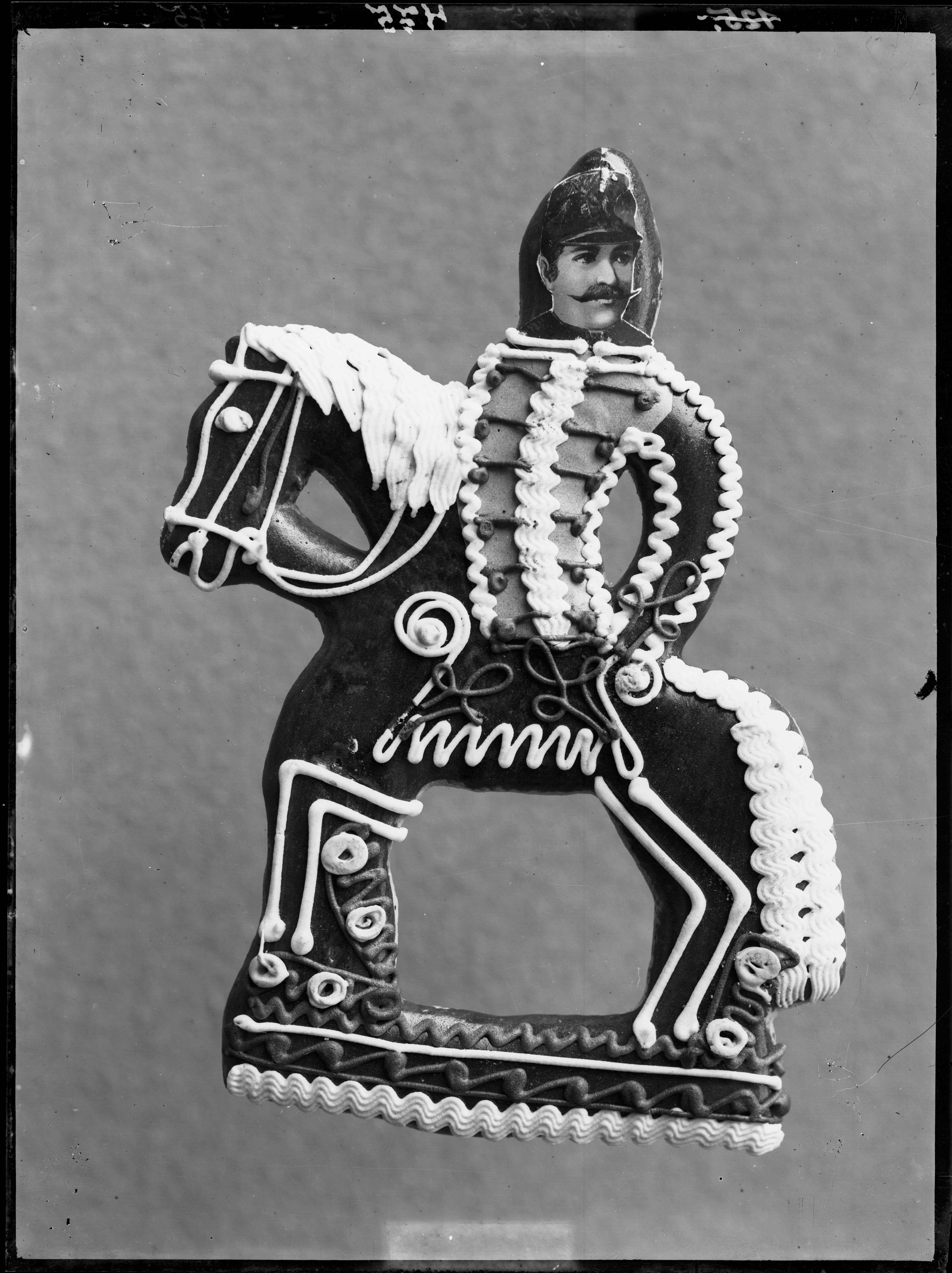 Fotó: Plohn József: Huszáralakú mézeskalács-figura, katonaportréval. © Tornyai János Múzeum gyűjteménye, Hódmezővásárhely