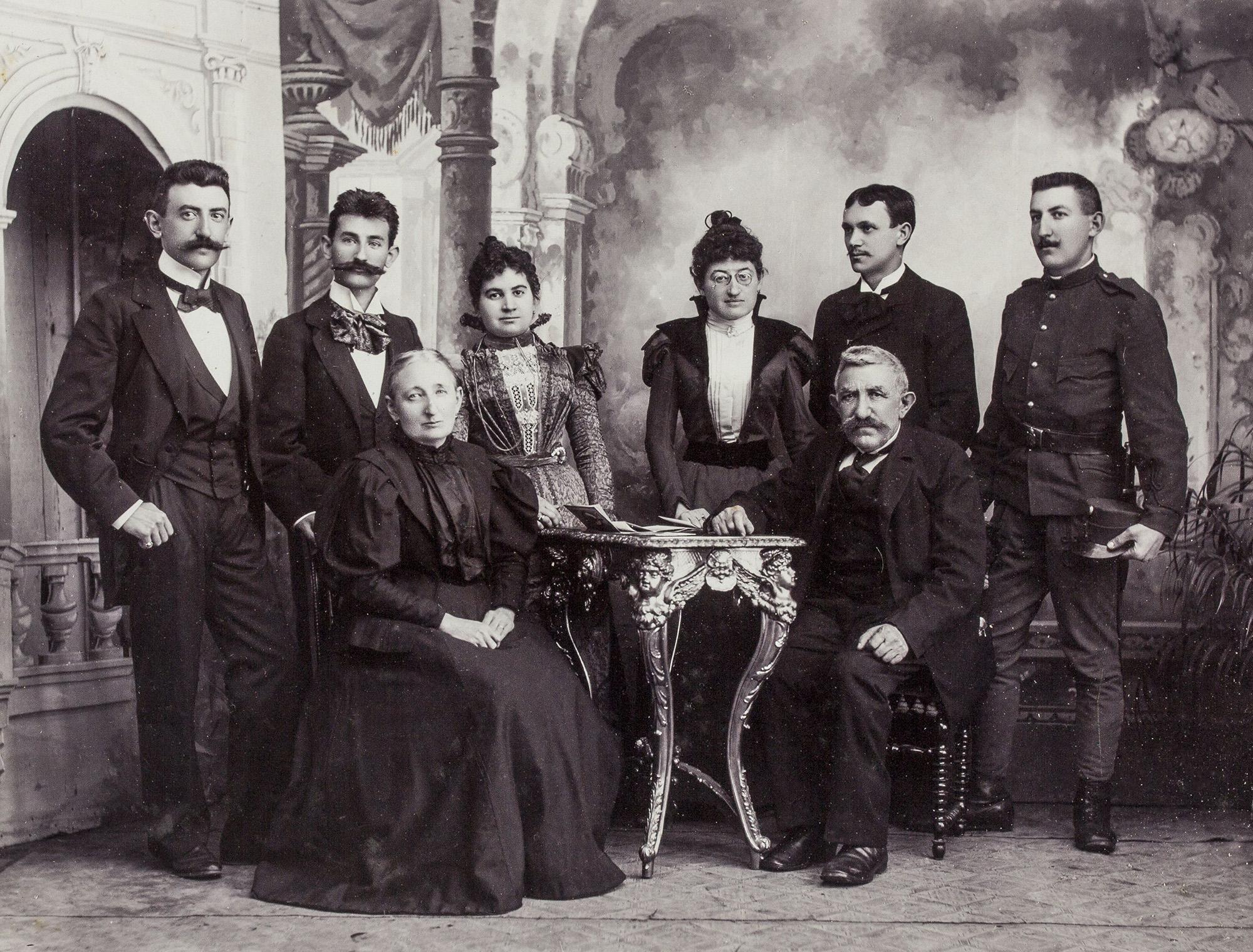 Fotó: A Plohn család az 1890-es évek végén<br /><br />Kugler Amália (1842–1924) és Plohn Illés (1833–1911)<br />Plohn Henrik Gyula (1873–1936) mettőr, Plohn József (1869–1944) és felesége Hirn Fanni (1871–1937), Plohn Eleonóra és férje, Szabó Dezső, Plohn Béla Illés könyvkötő, fényképész (1876–1944)<br /><br />Hegyi Endre fotográfus (Hódmezővásárhely) tulajdona