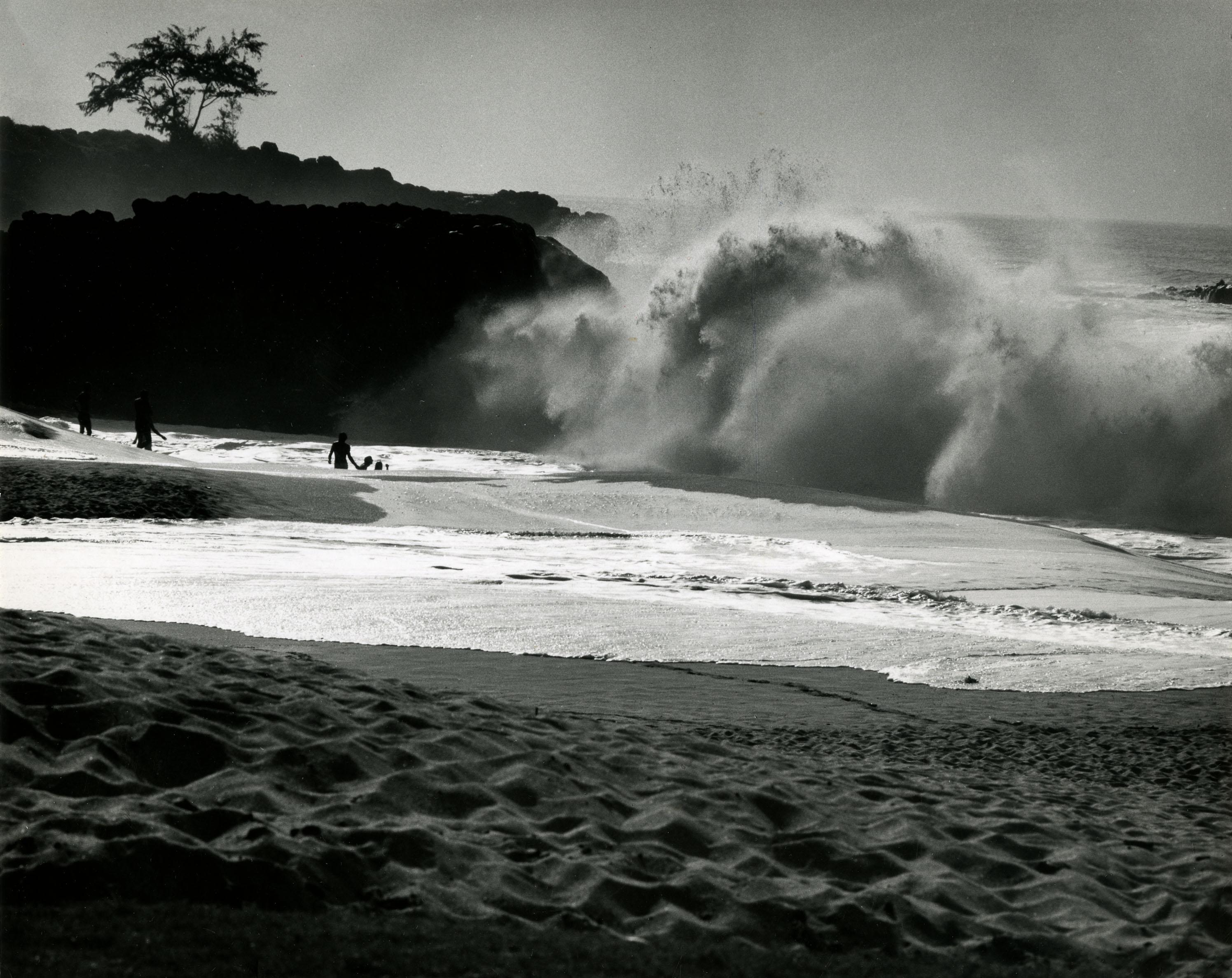 Fotó: Haár Ferenc: Haragszik a tenger, Hawaii, 1960 k. © Magyar Fotográfiai Múzeum