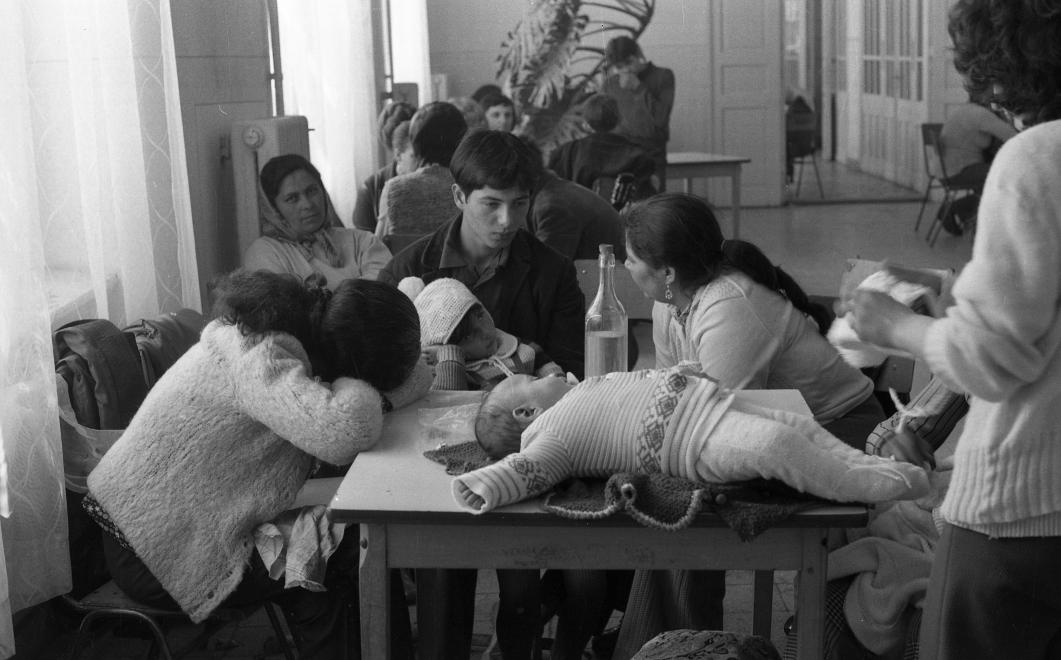 Fotó: Urbán Tamás:Művelődésügyi Minisztérium 2. sz. Fiúnevelő Intézetének folyosója látogatási időben, Aszód, 1973 © fortepan.hu