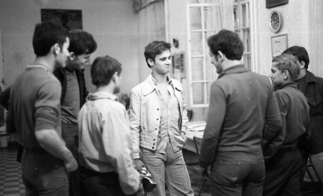 Fotó: Urbán Tamás:Művelődésügyi Minisztérium 2. sz. Fiúnevelő Intézet, hálókörlet előtere, Aszód, 1973 © fortepan.hu