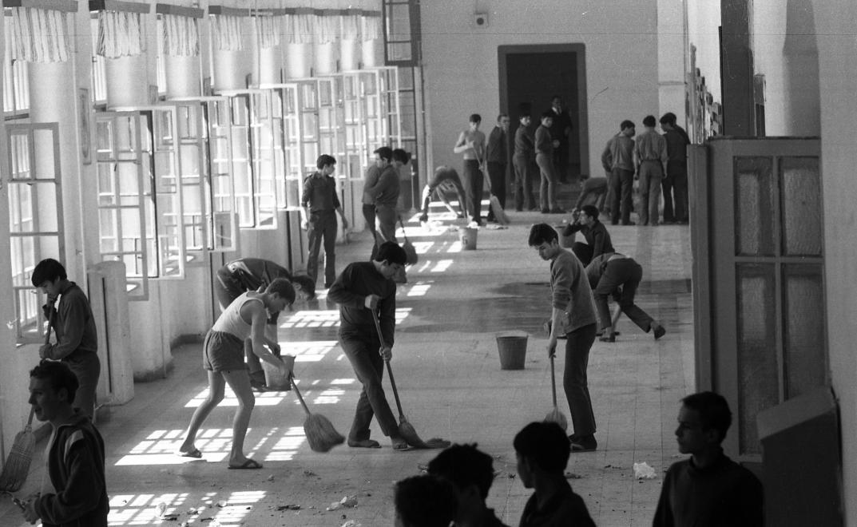 Fotó: Urbán Tamás:Művelődésügyi Minisztérium 2. sz. Fiúnevelő Intézetének folyosója, körlet takarítás, Aszód, 1973 © fortepan.hu
