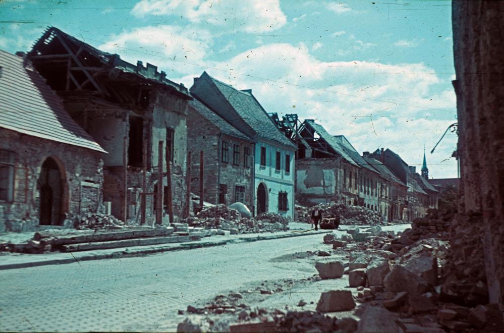 Fotó: Budai Vár, Fortuna utca a Kard utca felől nézve, 1945 © Fortepan/Schermann Ákos
