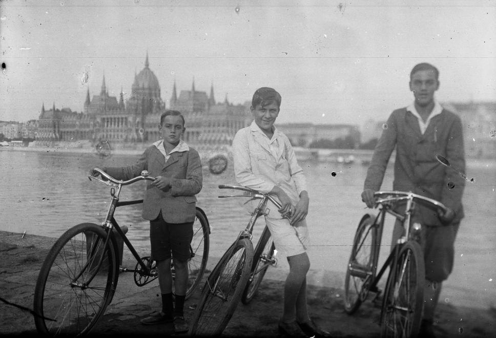 Fotó: Budapest, budai alsó rakpart, háttérben a Parlament, 1932 © fortepan.hu