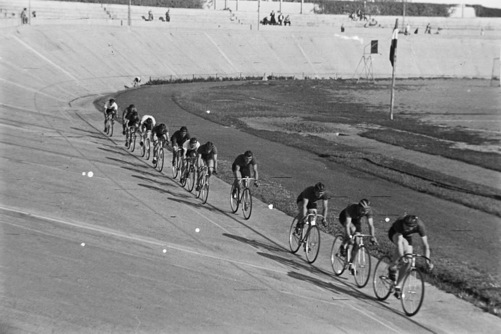 Fotó: Budapest, Szabó József utca, Millenáris pálya, a magyar kerékpáros körverseny (Tour de Hongrie) zárónapja 1949. július 1-én. © fortepan.hu/Kovács Márton Ernő