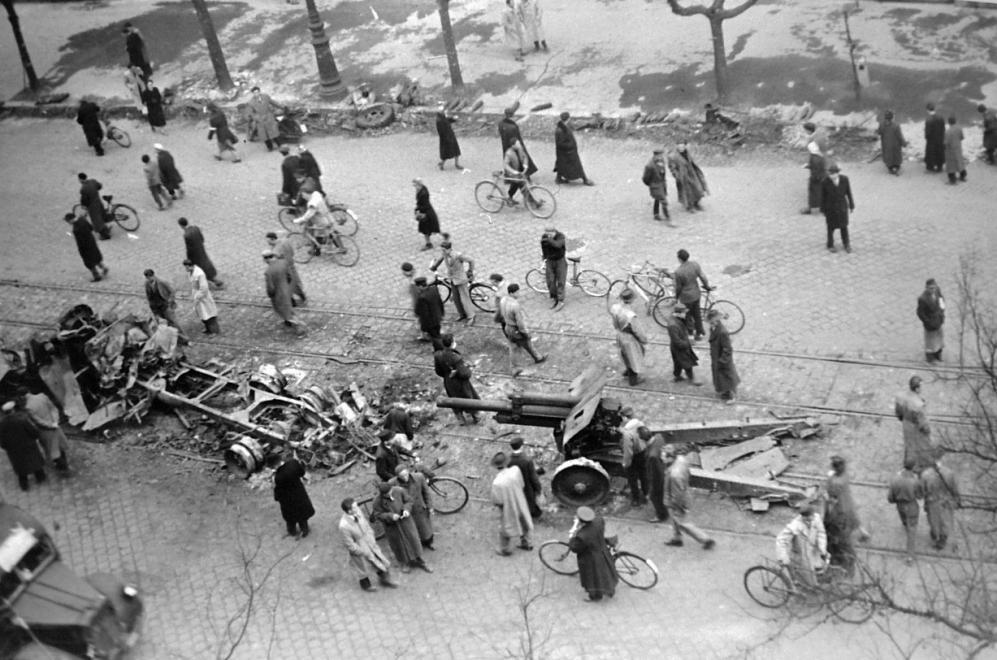 Fotó: Budapest, Ferenc körút, a felvétel a Tompa utca sarkán álló épületből készült. 1956 © fortepan.hu