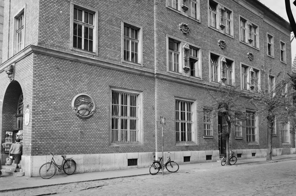 Fotó: Cegléd,  a Kossuth Ferenc utcai Postapalota Gubody utcai homlokzata. 1963 © fortepan.hu/UVATERV