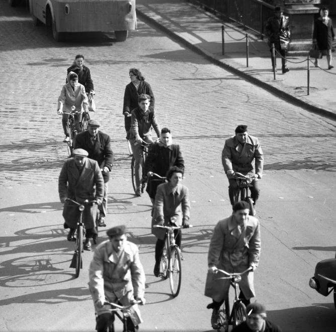 Fotó: Győr, Baross Gábor (Lenin) út és híd a Szent István (Tanácsköztársaság) úttól nézve. 1964 © fortepan.hu/Magyar Rendőr