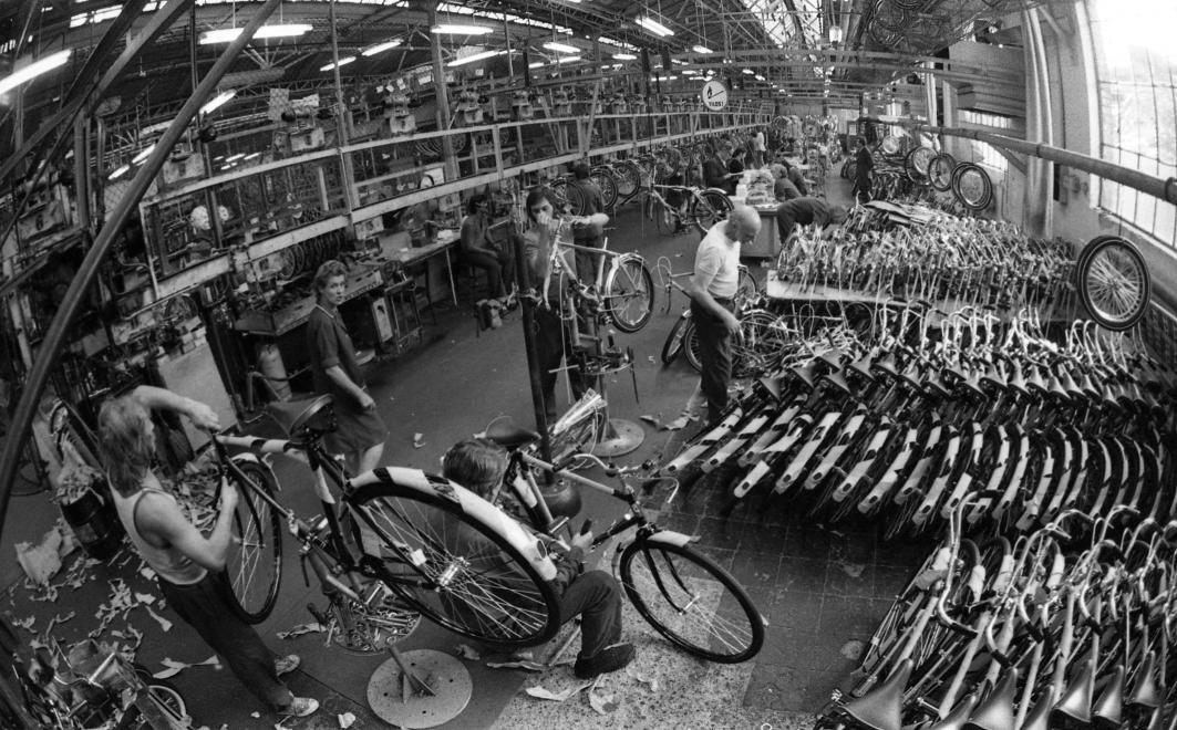 Fotó: Urbán Tamás: Csepeli Kerékpár- és Varrógépgyár, kerékpárgyártó üzem. 1976 © fortepan.hu