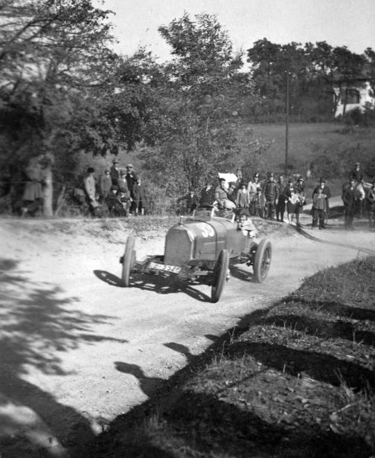 Fotó: Hans Stuck Austro-Daimler versenyautóval az 1928-as svábhegyi verseny edzésén, 1928 © Szávoszt-Vass Dániel/Fortepan