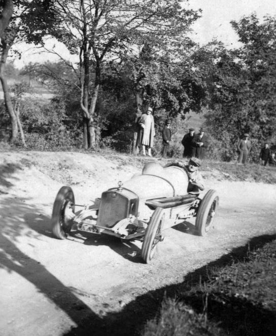 Fotó: Delmár Walter Steyr versenyautóval az 1928-as svábhegyi verseny edzésén, 1928 © Szávoszt-Vass Dániel/Fortepan