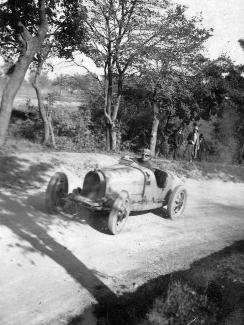 Fotó: Herceg Esterházy Antal Bugatti versenyautóval az 1928-as svábhegyi verseny edzésén, 1928 © Fortepan