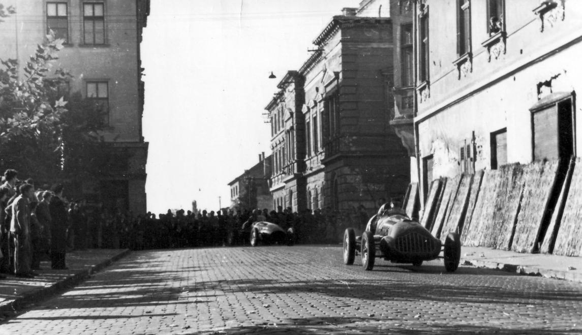 Fotó:  Székesfehérvár, Vörösmarty szinház, az Országzászló tér felől nézve, 1954 © Négyesi Pál/Fortepan