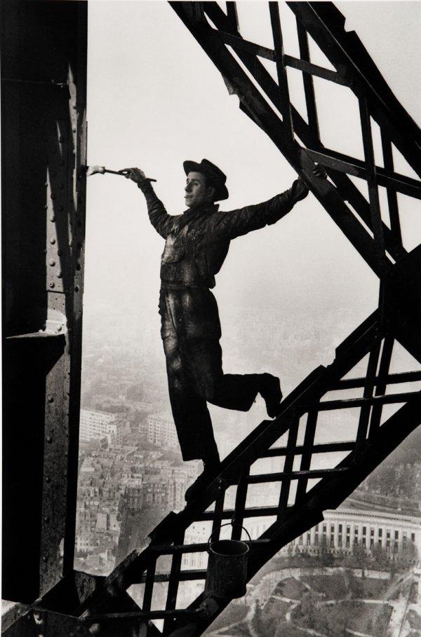 Fotó: Marc Riboud: Painter on the Eiffel Tower, Paris, 1953 © Marc Riboud