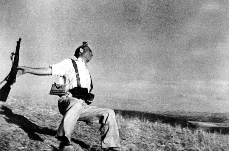 Fotó: Robert Capa: Loyalist Militiaman at the Moment of Death, Cerro Muriano, September 5, 1936 © ICP/Magyar Nemzeti Múzeum