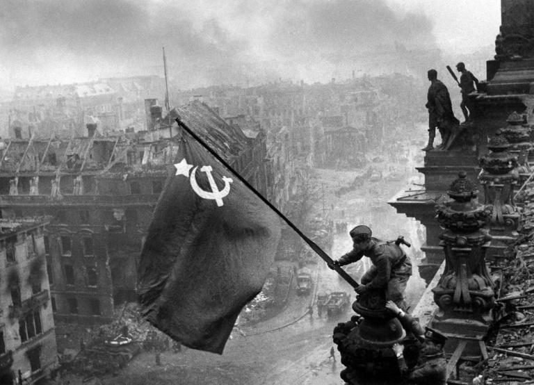 Fotó: Jevgenyij Haldej: The Flag of Victory, 1945 © Collection Ernst Volland and Heinz Krimmer, Leica Camera AG