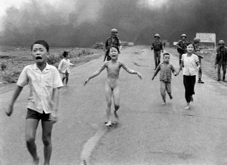 Fotó:Nick Út: The Associated Press: Napalm attack in Vietnam, 1972 © Nick Út/AP/ Leica Camera AG