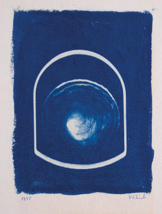 Fotó: Vékás Magdolna: Az üveg dicsérete – művészkönyv 15. oldal, cianotípia, 1995, 21,6×31,5 cm © Vékás Magdolna