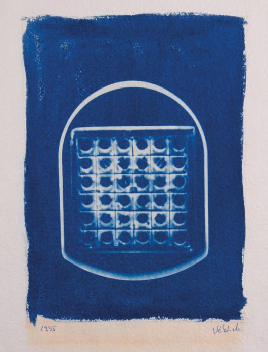 Fotó: Vékás Magdolna: Az üveg dicsérete – művészkönyv 16. oldal, cianotípia, 1995, 21,6×31,5 cm © Vékás Magdolna