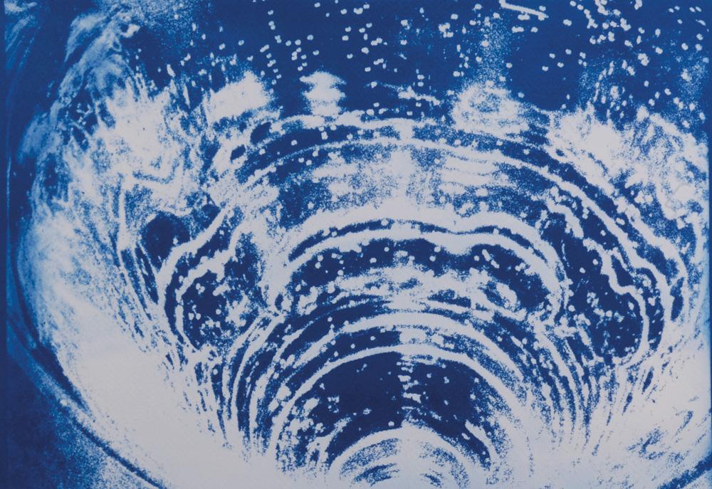 Fotó: Vékás Magdolna: Víz – pezsgés, cianotípia, 2002, 35×50 cm © Vékás Magdolna