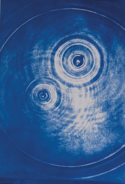 Fotó: Vékás Magdolna: Vízcseppek, cianotípia, 2002, 35×50 cm © Vékás Magdolna