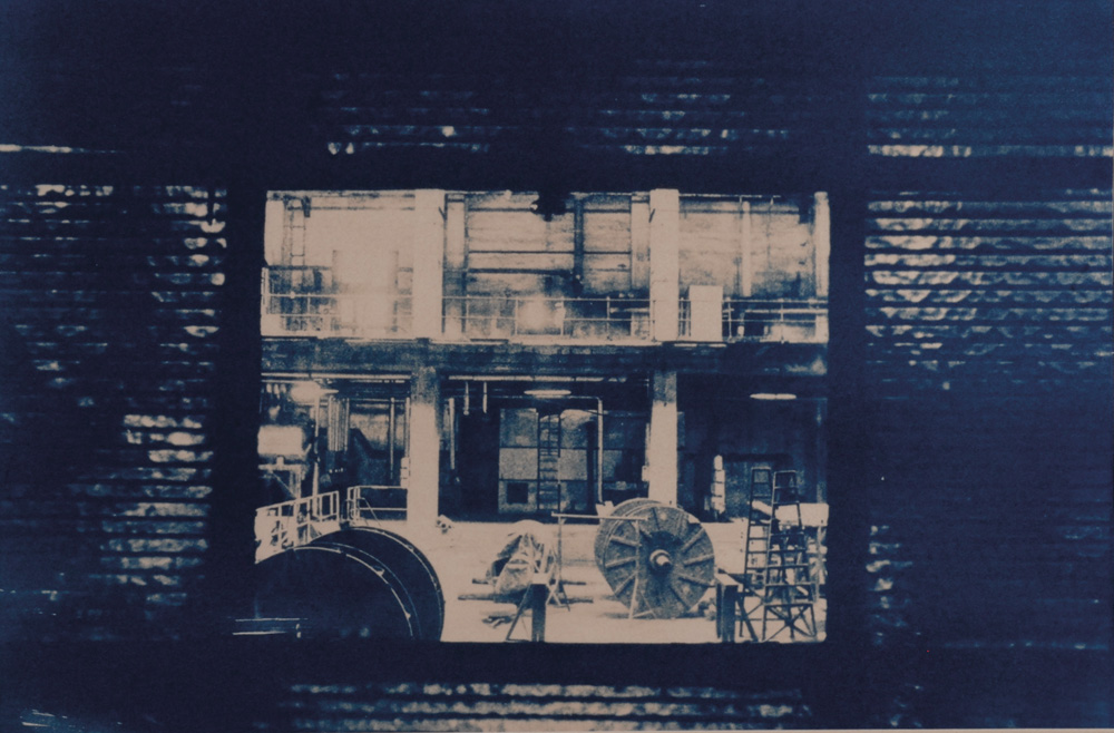 Fotó: Vékás Magdolna: Erőmű – kábeldob, színezett cianotípia, 2003, 29×38 cm © Vékás Magdolna