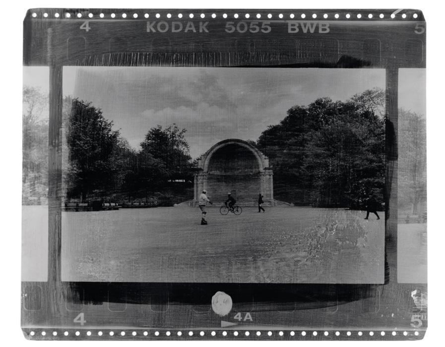Fotó: Vékás Magdolna: New York – biciklis, fotóemulzió ofszetlemezen, 2002, 37×45 cm © Vékás Magdolna