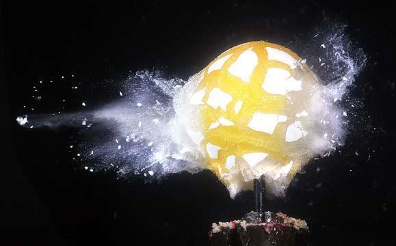 Áthaladó lövedéktől szétrobbanó tojás<br />Fotó: Ny. Prof. Andrew Davidhazy/Dávidházy András, RIT<br />