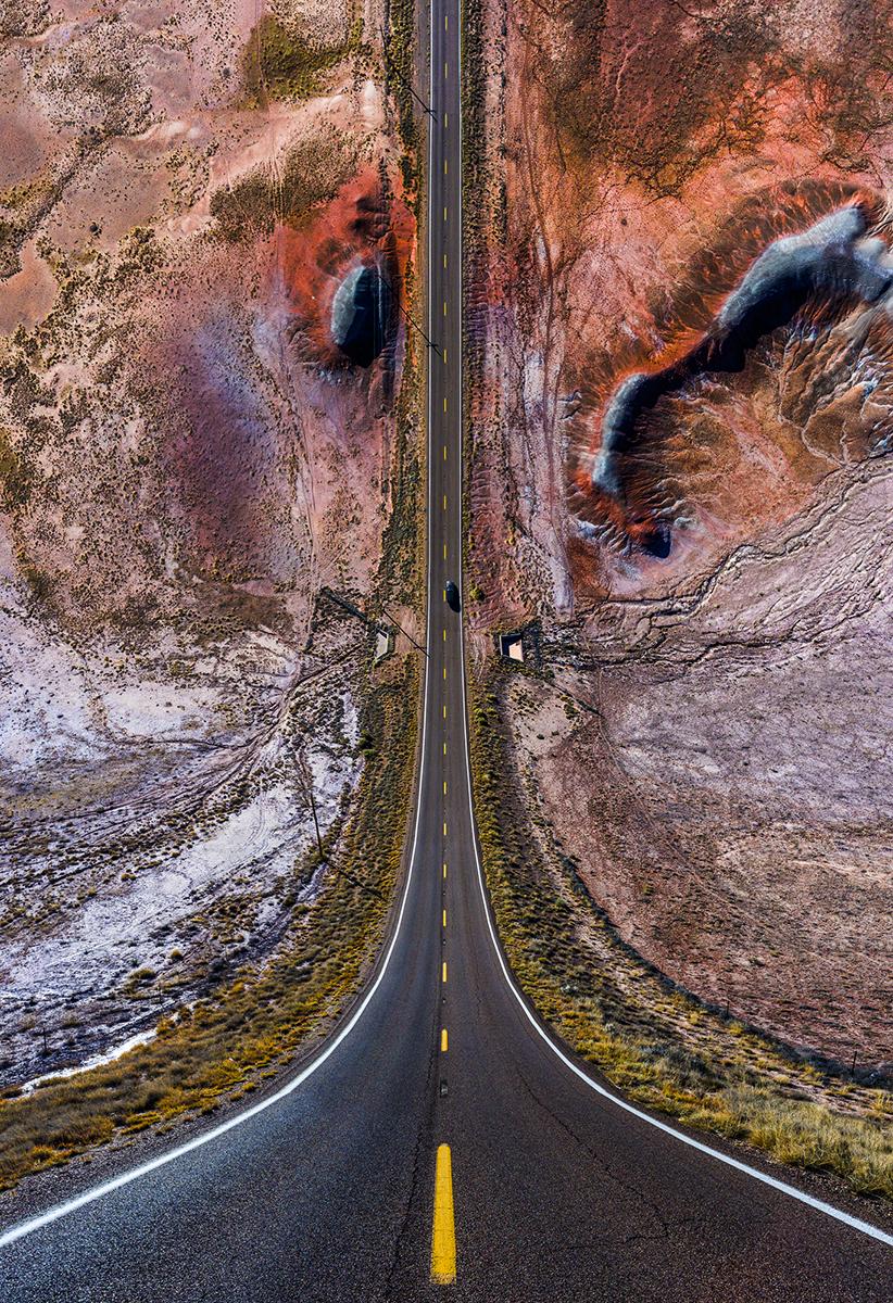 Fotó:Aydın Büyüktaş: Red Hills on the Road, Részlet a Síkföld című sorozatból © Aydın Büyüktaş