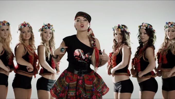 Ennél furcsább videót ma már nem fogunk látni: a szláv büszkeségről twerkelnek szőke lányok világító népviseletben
