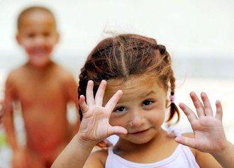 Egy kislány és a háttérben egy fiú