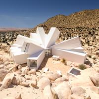 Fényárban úszó konténerház a sivatagban