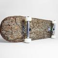Gyönyörű és használhatatlan gördeszka fakéregből