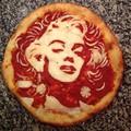 Kreatív celebportrék pizzákon