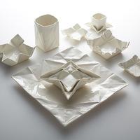 Széthajtogatott porcelán étkészlet