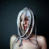 Polgárpukkasztó fejfedők Emmanuelle Brissontól