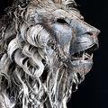 Fenséges oroszlánszobor fémhulladékból